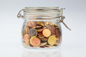 Ein Glas mit Münzen der europäischen Währung Euro. Vorsorge, sparen und Absicherung für die Pension.
